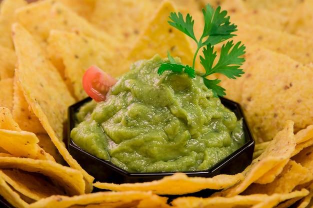 Sos guacamole z nachos