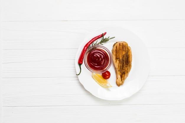 Sos i papryka chili w pobliżu kurczaka