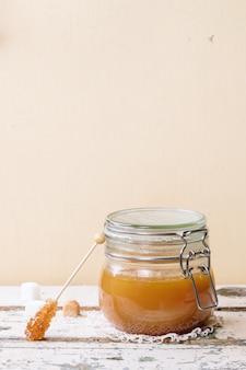 Sos karmelowy w szklance