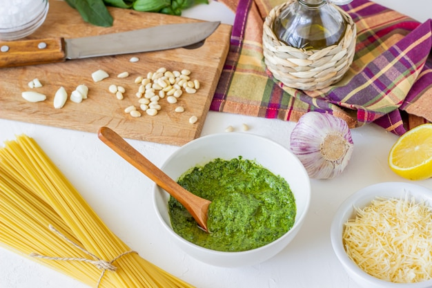Sos pesto i składniki. kuchnia włoska. jedzenie wegetariańskie. dieta.