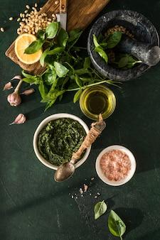 Sos pesto w miscetradycyjny włoski przepis na pesto do robienia bruschetty z makaronu fettuccine