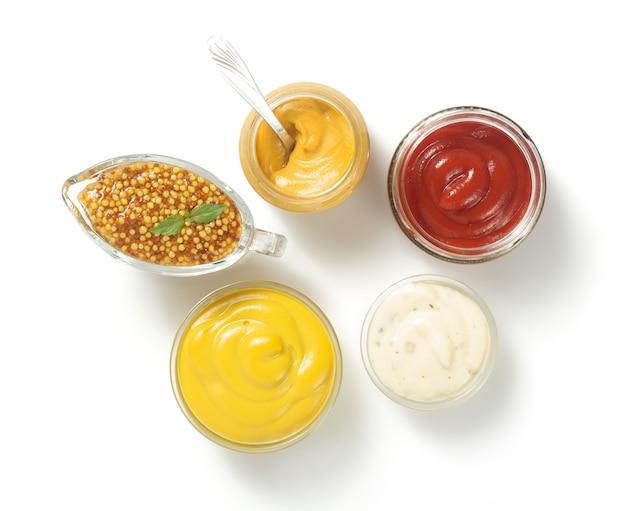 Sos pomidorowy, majonez i musztarda w misce na białym tle