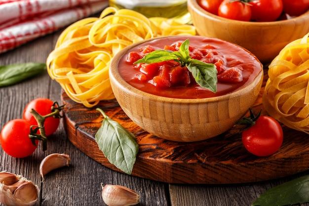 Sos pomidorowy, makaron, pomidory, czosnek, oliwa ze starego drewna.