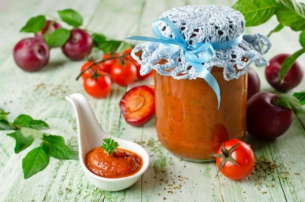 Sos pomidorowy z keczupem z czosnkiem, przyprawami i śliwkami