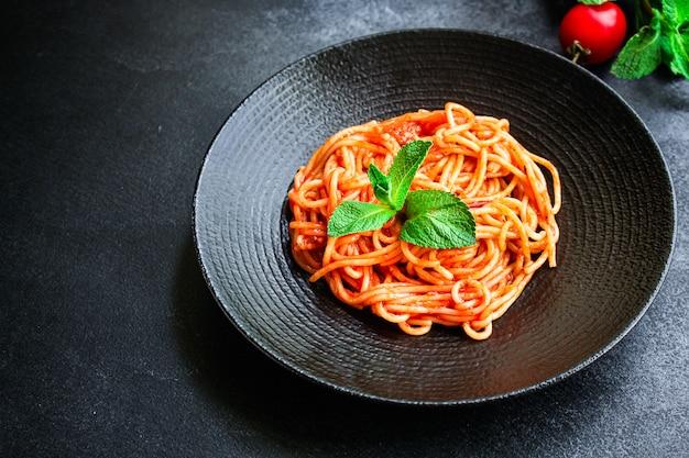 Sos pomidorowy z makaronem spaghetti o wielkości porcji