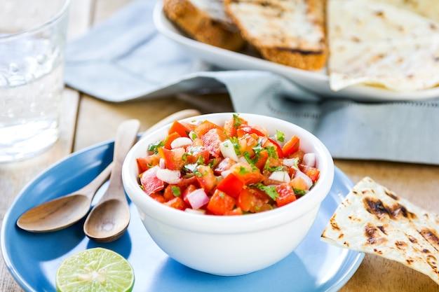 Sos pomidorowy z salsą z tortillą i grzanką