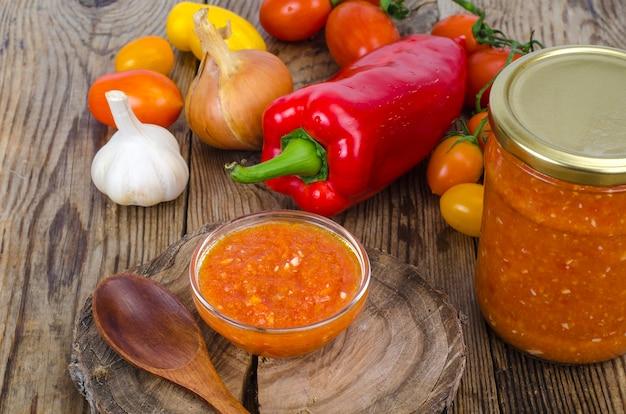Sos, przystawka z sezonowych warzyw w szkle.