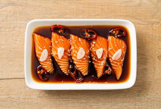 Sos shoyu marynowany z łososia lub marynowany łosoś po koreańsku