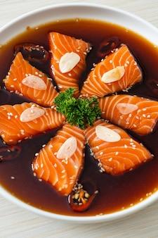Sos Shoyu Marynowany Z łososia Lub Marynowany łosoś Po Koreańsku Premium Zdjęcia