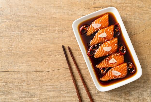 Sos shoyu marynowany z łososia lub marynowany łosoś w koreańskim stylu