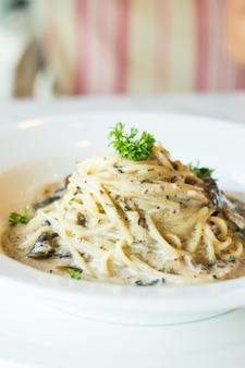Sos śmietanowo-spaghetti z grzybami truflowymi