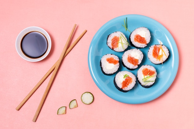 Sos sojowy i rolki sushi