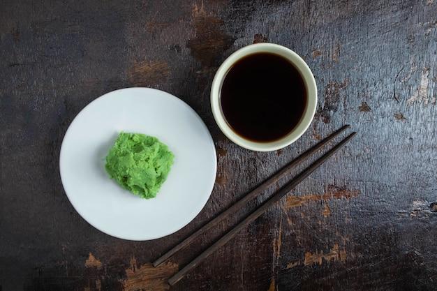 Sos sojowy i wasabi na drewnianym