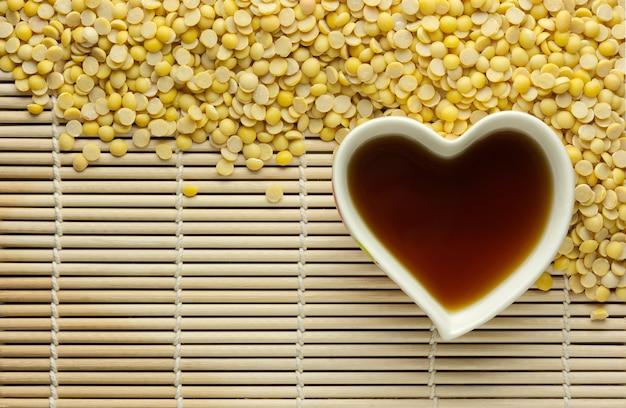 Sos sojowy, soja i soja na drewnianym tle. jest dobry dla zdrowia.