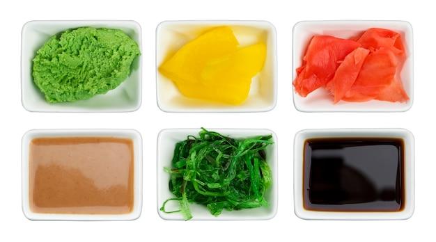Sos sojowy, wasabi, marynowany imbir, chuka, sos sezamowy i marynowana rzodkiewka
