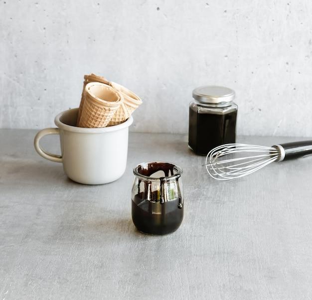 Sos z ciemnej czekolady przy filiżance szyszek lodów