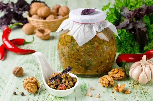 Sosem domowym adika z warzywami i orzechami włoskimi