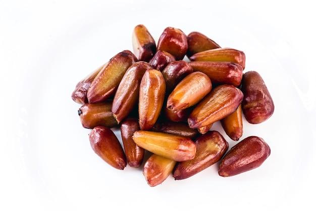 Sosna gotowana i łuskana, składnik kulinarny stosowany w napojach, słodyczach i typowych potrawach