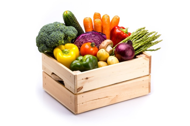 Sosnowa skrzynka pełna kolorowych świeżych warzyw na białym tle, idealna do zbilansowanej diety