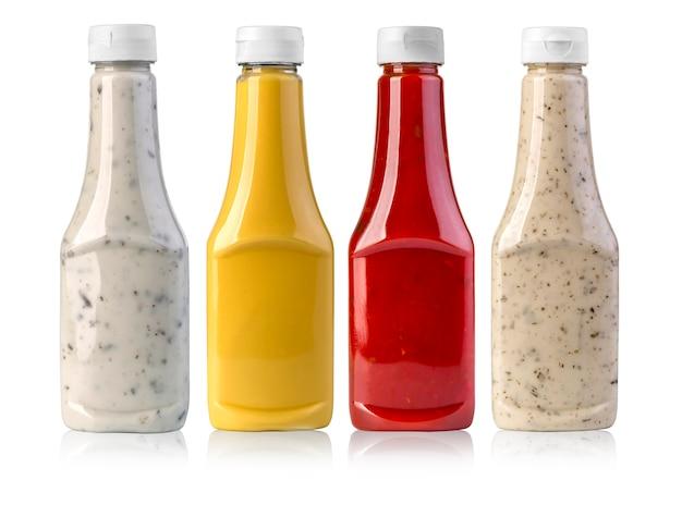 Sosy grillowe w szklanych butelkach na białym tle