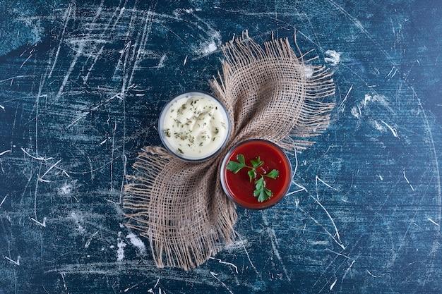 Sosy ketchupowo-majonezowe z ziołami.