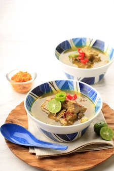 Soto sapi lub soto daging to indonezyjska zupa specjalna. to danie z bulionu wołowego z kotletem mięsnym. popularne menu dla idul adha
