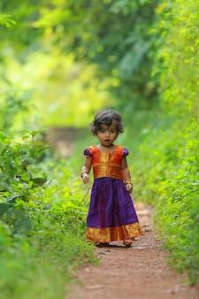 South indian cute girl kid ubrana w piękną tradycyjną sukienkę z długą spódnicą i bluzką