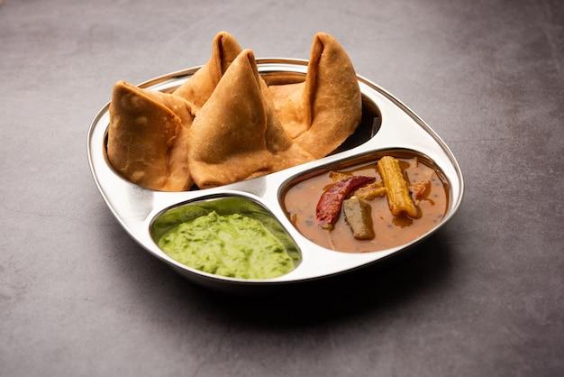 South indian sambar samosa chutney to potrawa fusion, w której sambhar pochodzi z południa, a samosa z północnych indii