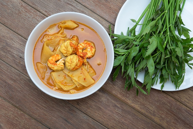 Southern thai spicy sour yellow curry z krewetkami lub krewetkami i konserwowanymi pędami bambusa (gaaeng leuuang)
