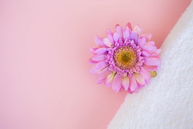 Spa. białe bawełniane ręczniki w łazience spa na różowo