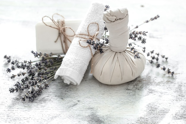 Spa i centrum odnowy biologicznej z kwiatami i ręcznikami. jasna kompozycja z kwiatami lawendy. produkty dayspa nature z kokosem