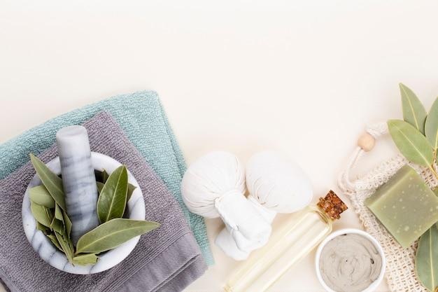 Spa i kąpielowe kosmetyki domowej roboty. butelki z produktami kosmetycznymi spa na pastelowym tle, widok z góry.