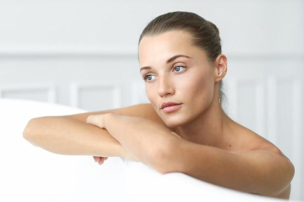 Spa i piękno. piękna kobieta w łazience