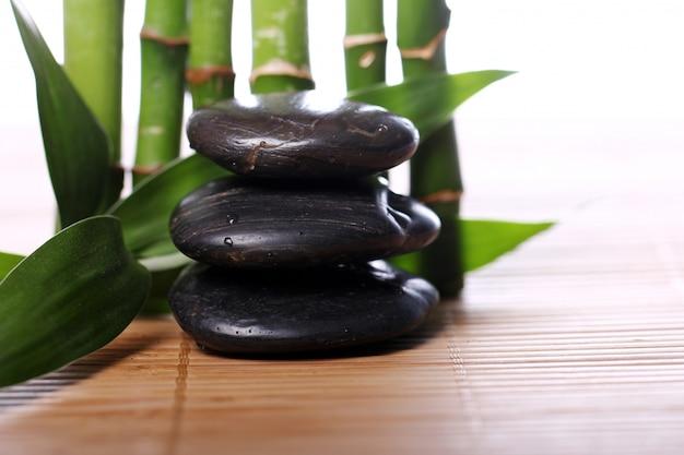 Spa kamienie i liście bambusa