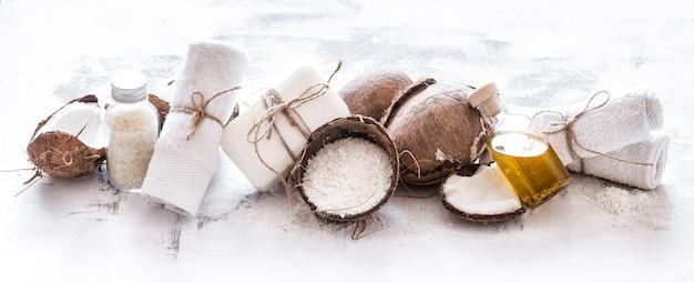 Spa martwa natura kosmetyków organicznych z kokosami