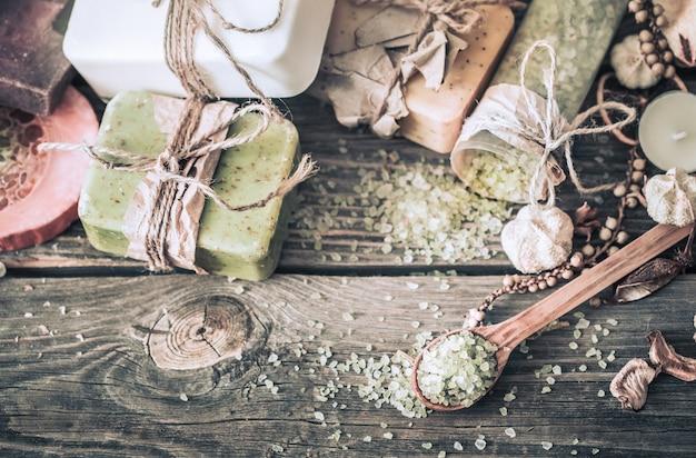 Spa martwa natura na drewnianym tle