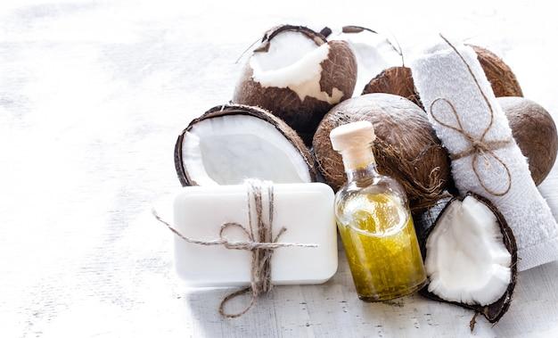 Spa martwa natura organicznych kosmetyków z kokosami na jasnym tle drewnianych, koncepcja pielęgnacji ciała
