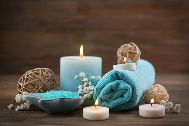 Spa martwa natura w jasnoniebieskim kolorze na drewnianym stole