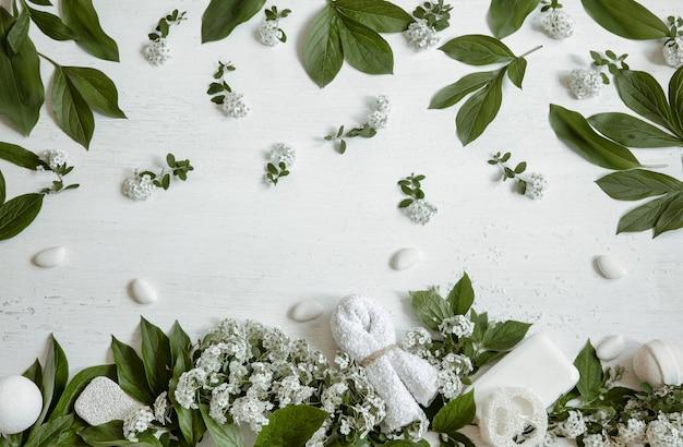 Spa martwa natura z akcesoriami do kąpieli, produktami dla zdrowia i urody ze świeżymi kwiatami.