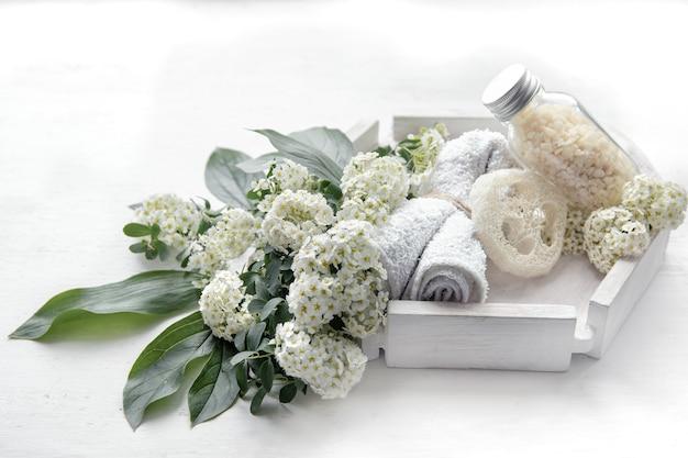 Spa martwa natura z produktami do pielęgnacji zdrowia i ciała, luffą i solą morską.