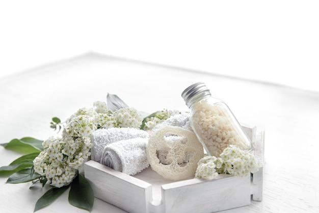 Spa martwa natura z produktami do pielęgnacji zdrowia i ciała, luffą i solą morską
