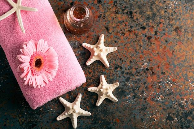 Spa martwa natura z ręcznikiem, świecami i gerberami