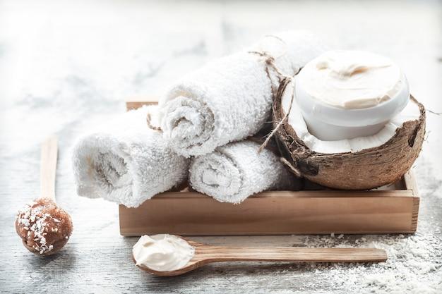 Spa martwa natura ze świeżym kokosem i produktami do pielęgnacji ciała