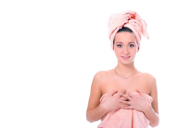Spa młoda ładna dziewczyna w ręcznik po prysznicu na białym tle