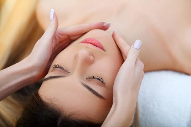 Spa. piękna młoda kobieta coraz leczenie twarzy w salonie piękności.