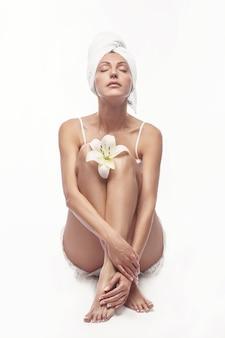Spa pielęgnacja skóry piękna kobieta nosi ręcznik do włosów po zabiegu kosmetycznym. piękny