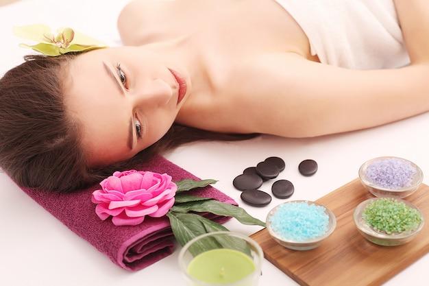 Spa. pielęgnacja twarzy. piękna młoda kobieta zaczyna zabieg na twarz w salonie piękności
