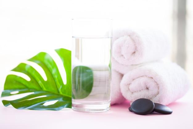 Spa. ręczniki zwijane białe body na różowo.