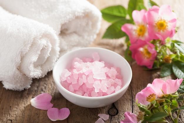 Spa z różową solą ziołową i kwiatami dzikiej róży