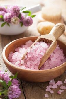 Spa z różową solą ziołową i kwiatami koniczyny